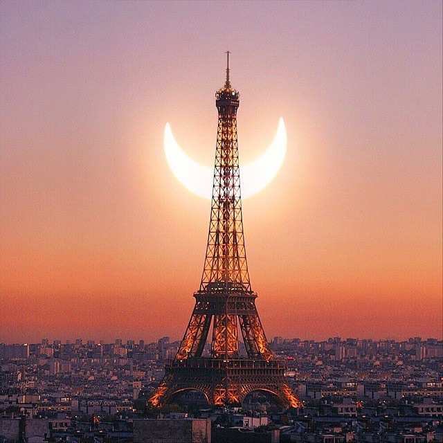 #Stunning picture of the eclipse behind the Eiffel Tower