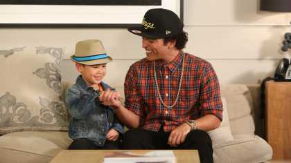 "Bruno Mars Sings ""Uptown Funk"" With 6-Year-Old Kai On Ellen Show... #Cuteness"
