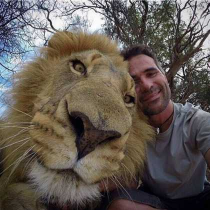 It's just a guy with a lion #selfie...