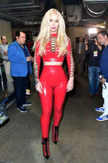 Iggy Azalea's Booty Cheeks Captures Guy's Attention at 2017 Univision Premios Juventud