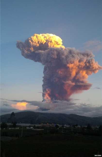 #Ecuador #volcano spews spectacular ash plume