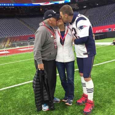 Tom Brady shares a touching photo of him kissing his sick mom ahead of #SB51 at NRG Stadium